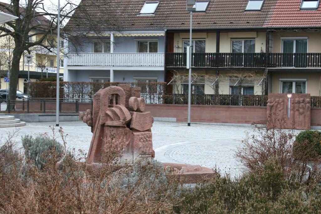 Kleinostheim. Kirchplatz. Brunnen von Helmut Hirte.